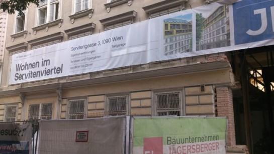 """In dem entkernten Haus sollen Eigentumswohnungen mit Terrassen und """"Eigengärten"""" entstehen, wie das Plakat verrät."""