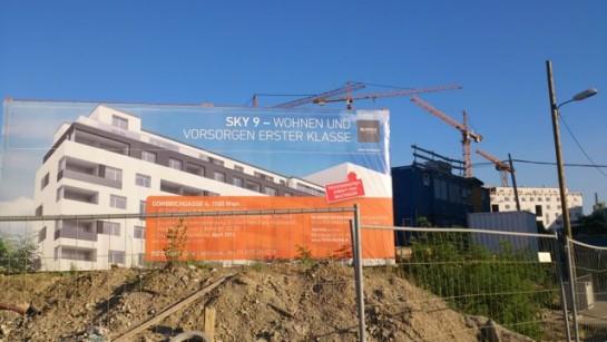 """Ein Wohnprojekt mit Wohnungen als Finanzanlage. """"Vorsorgen erster Klasse"""" in 1100 Wien, hinter dem neuen Hauptbahnhof, verspricht das Plakat. Sommer 2014."""