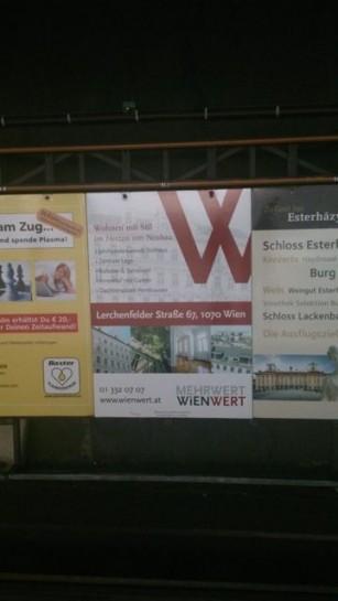"""Die Firma Wienwert ist ein neuer Akteur in der Bewirtschaftung von Mietshäusern in Wien. Sie bietet neue Finanzprodukte zur unkomplizierten Investition in Zinshäuser. Der Name """"Mehrwert Wienwert"""" ist sprechend. Gesehen: Unbekannte Ubahnstation Wien. Herbst 2015"""