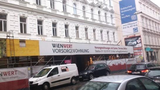 """Wohnungen werden als Anlageobjekt beworben. Die """"Vorsorgewohnungen"""" auf der Lerchenfelderstraße in 1080 Wien versprechen Garten, Terrassen und Balkone. Gesehen im Herbst 2015."""