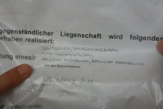 Die Immobilie rentabel machen. Teilabbruch und Dachgeschoßausbau in einem Gründerzeithaus. Gesehen in 1160 Wien, Nähe Yppenplatz. Sommer 2012.