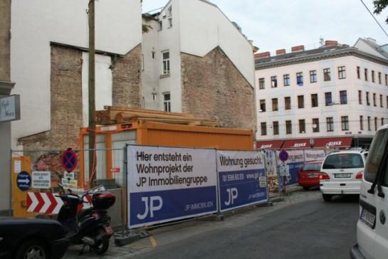 Die Rentabilität durch Abriss und Neubau steigern. Hier betrifft es ein Haus in Ottakring. Gesehen in 1160. Frühjahr 2012.
